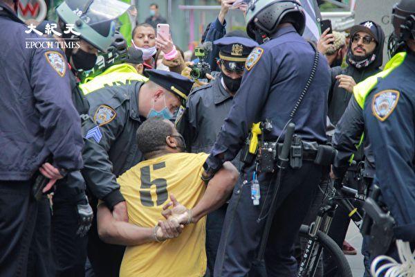 时代广场挺川活动遇左派捣乱 引发混战