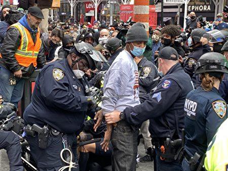 25日挺川集会在时代广场遭到左派抵制和破坏,图中男踩踏亚裔挺川横幅遭警察当场逮捕。