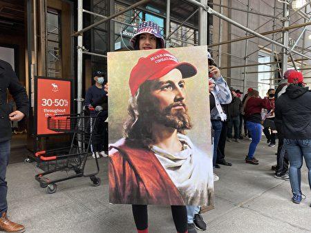 挺川基督徒给耶稣也戴上了挺川红帽。