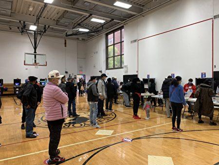 10月26日(週一)紐約提前投票第三天,法拉盛中心區「提前投票站」內,人們在等待投票。