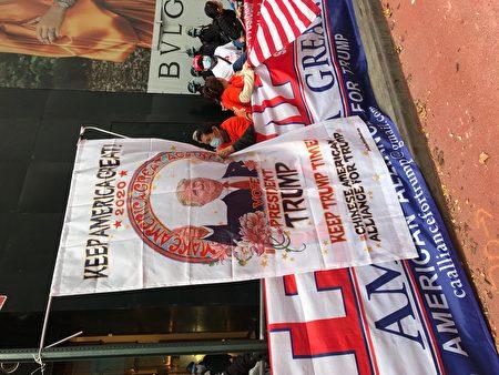 """""""华裔支持川普联盟""""在10月25日曼哈顿中城的挺川游行中,打出巨幅川普画像。"""