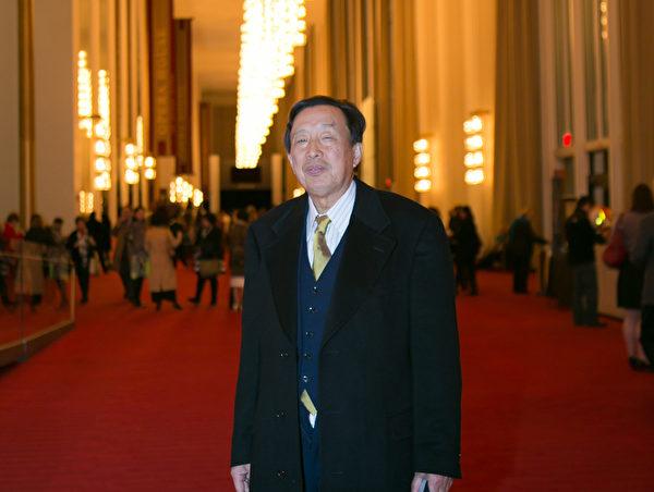 羅宇二度欣賞神韻藝術團演出時落淚。他說,當今中國特別需要「真善忍」,希望神韻早日到中國演出。(李莎/大紀元)