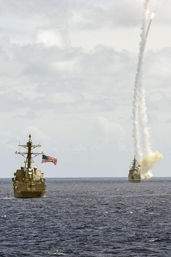 2015年3月24日,在關島附近海域,日本海上自衛隊(JMSDF)驅逐艦愛宕號(DDG177,右)發射兩枚導彈,當時正在與美軍伯克級驅逐艦桑普森號(DDG 102,左)聯合演習。(Mass Communication Specialist 3rd Class Raymond D. Diaz III/美國海軍)