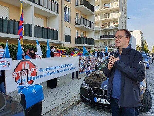2020年10月1日,德國巴伐利亞州副州長、社民黨(SPD)州議會社團歐洲政策發言人馬庫斯·林德斯巴赫爾(Markus Rinderspacher)參加了在慕尼黑中領館前的抗議活動。(世維大會Asgar Can提供)