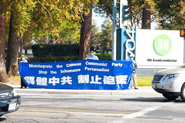 上周六(10月24日),三藩市灣區部份法輪功學員,在聖荷西華人購物廣場和好市多(Costco)路口,進行支持「終結中共」的徵簽活動。圖為退黨義工在路口打出真相橫幅。(周容/大紀元)