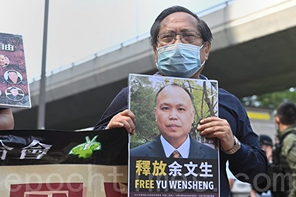 2020年10月1日,香港支聯會聯同友好團體代表以倒行形式分組前往中聯辦宣讀題為「沒有人權,哪有國慶?——停止打壓異見 還我言論自由」的聲明。圖為何俊仁。(宋碧龍/大紀元)