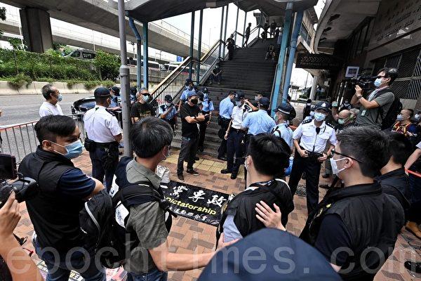 2020年10月1日,香港支聯會聯同友好團體代表以倒行形式分組前往中聯辦宣讀「沒有人權,哪有國慶?——停止打壓異見 還我言論自由」。李卓人受訪時被拉入封鎖線。(宋碧龍/大紀元)