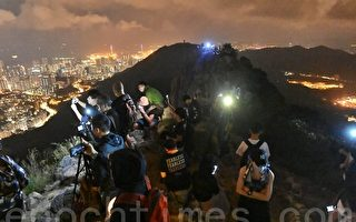 组图:香港市民狮子山上点灯 中秋夜再抗争