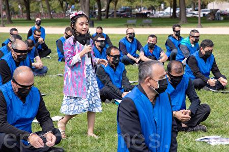 維吾爾人在美國國家廣場上再現集中營情境。(林樂予/大紀元)