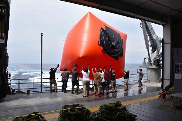 2020年10月6日,美軍與汶萊海、空軍在南中國海域演習之前,釋放了「殺手番茄」實彈射擊目標。(Lt. Alexander Laabs/美國海軍)