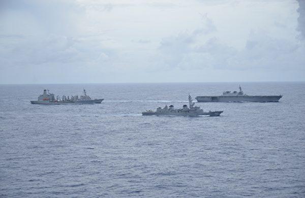 日本派出出雲級直升機護衛艦「加賀號」、村雨級護衛艦「雷號」,與美軍伯克級驅逐艦「約翰·S·麥肯號」、補給艦「蒂珀卡諾號」進行聯合演習。(Fifteen Public Affairs/US Navy)