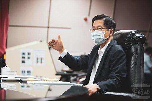 中華民國國防部長嚴德發10月15日視導空軍作戰指揮部,他對空軍官兵近期的表現予以肯定與嘉勉。(軍聞社提供)