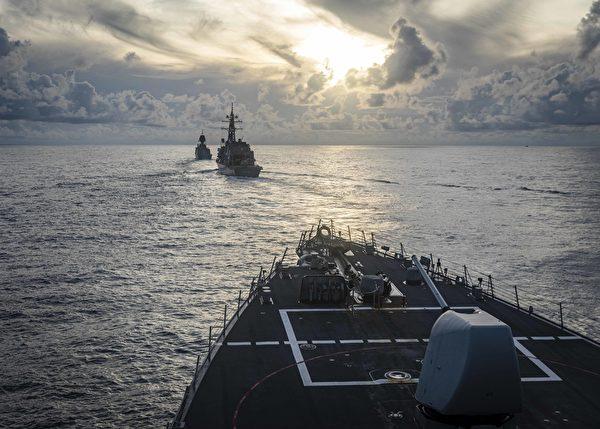 2020年10月20日,美軍伯克級驅逐艦麥凱恩號(DDG 56),日本海上自衛隊驅逐艦霧雨號(DD 104) ,澳大利亞皇家海軍阿倫塔號(FFH 151)一起在南中國海編隊航行,同時進行綜合海上安全行動。(Mass Communication Specialist 2nd Class Markus Castaneda/美國海軍)