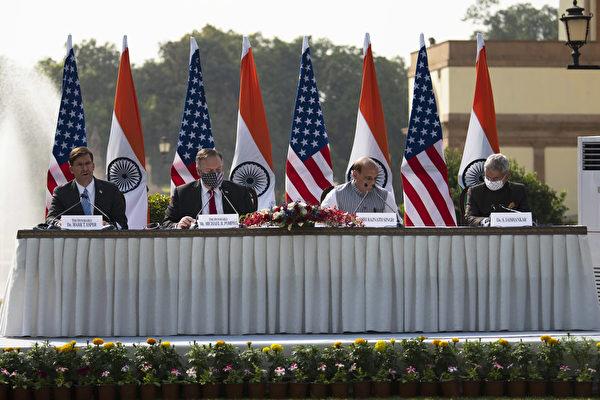 2020年10月27日,從左至右,美國國防部長埃斯珀(Mark T. Esper),國務卿蓬佩奧(Michael R. Pompeo),印度國防部長辛格(Rajnath Singh)和印度外長蘇傑生(S. Jaishankar)在印度新德里舉行美印2 + 2會談後,在新聞發佈會上。(美國國防部)