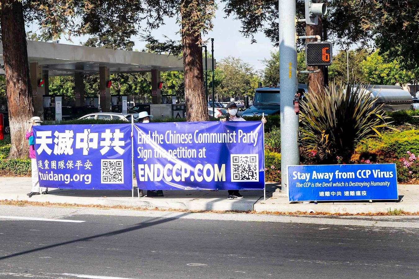 法輪功學員在美國高科技中心、三藩市矽谷的聖荷西市繁忙的大路口打出真相橫幅。(明慧網)
