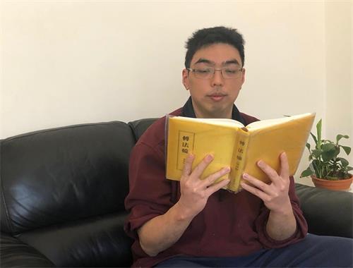 墨爾本法輪功學員愛默斯(Amos)在閱讀法輪功的主要著作——《轉法輪》。(明慧網)