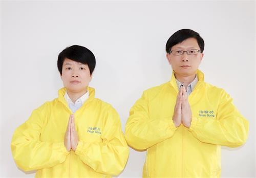 墨爾本法輪功學員劉先生和太太吳女士謝師恩。(明慧網)