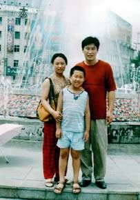 鄧玉林(右一)、滕紅濤和兒子。(明慧網)