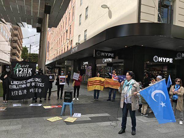 10月24日周六,在阿德萊德市中心蘭道步行街(Rundle Mall)舉行的「國際聯聲援十二港人」集會上,人權倡導者、維吾爾婦女協會主席米拉(Mila)呼籲中國人必須自己發聲,只有越來越多的中國人呼喊自由民主與人權,中共才會垮掉。(李倩西/大紀元)