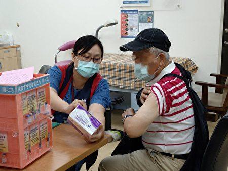 桃园市各地卫生所5日一早就涌入许多高龄长辈前来接种。
