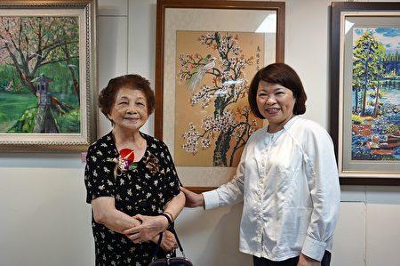市長黃敏惠與百歲人瑞林黃勸阿嬤(左)在展場留影。