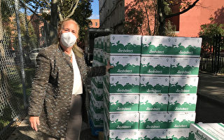 组图:民众领完食物扔纸箱 堆成垃圾山