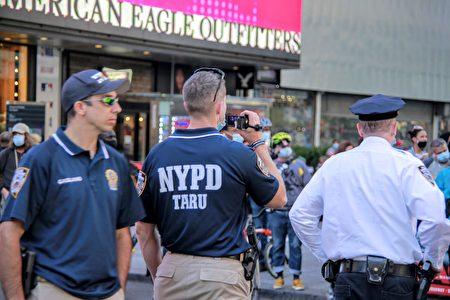 圖為2020年9月19日,紐約市警局在曼哈頓時代廣場對抗議者進行錄影蒐證。
