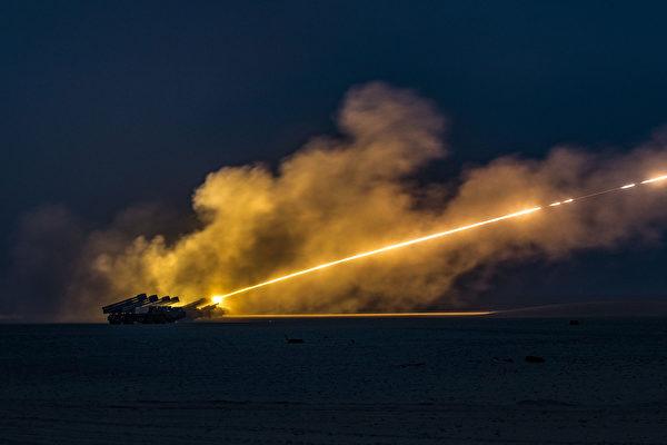 2019年1月8日,美軍第65野戰砲兵旅和科威特陸軍在科威特Buehring軍營附近演習,發射了美國的M142高機動性多管火箭系統和科威特的BM-30 Smerch火箭系統。(Sgt. James Lefty Larimer/美國陸軍)