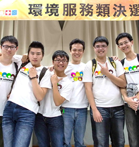 李俊耀與學生互動親切。