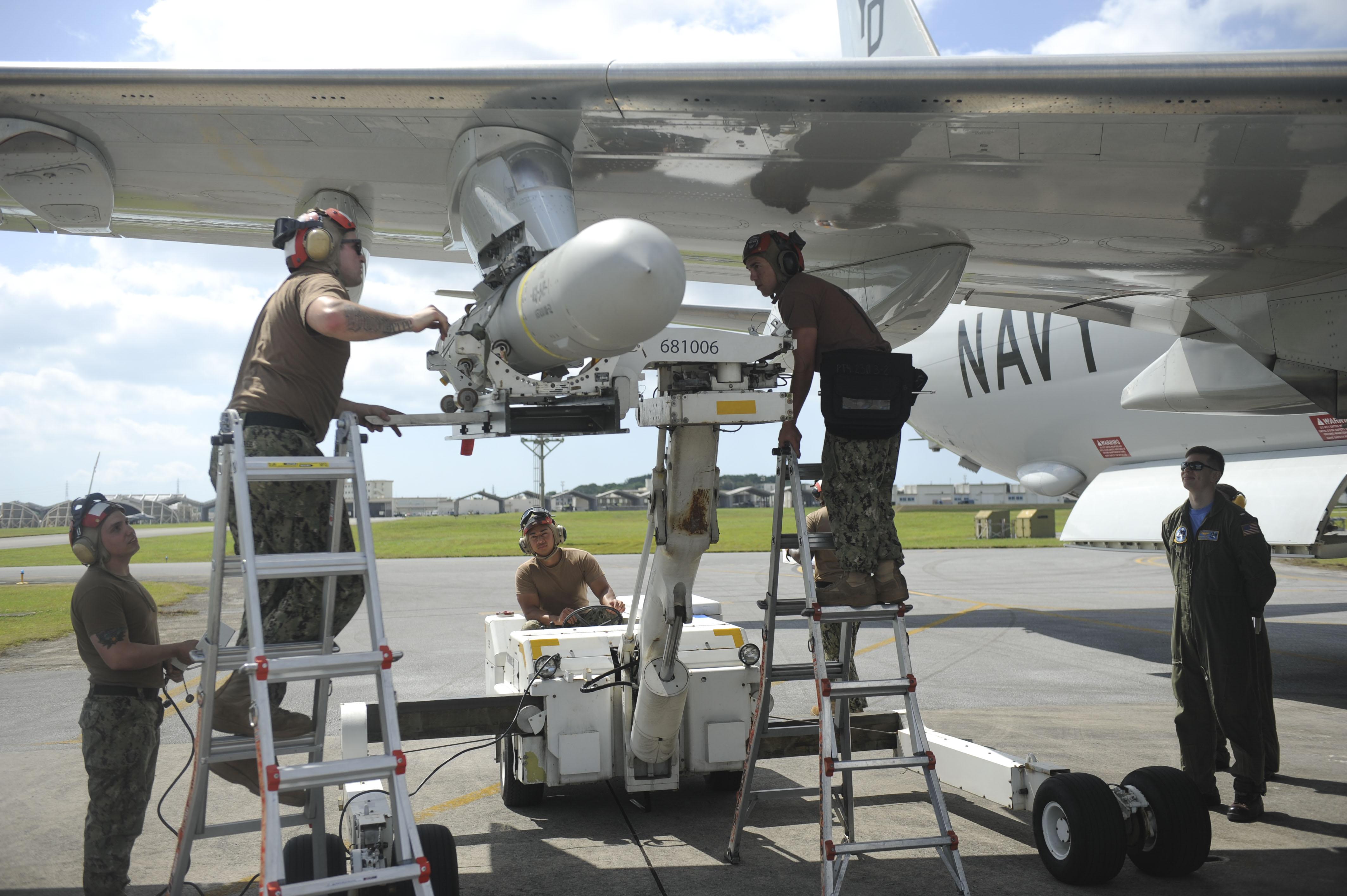 2018年4月26日,在日本沖繩基地,地勤人員正在將AGM-84D魚叉導彈裝載到P-8A波塞冬巡邏機上。(U.S. Navy)