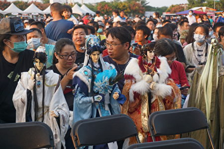 云林国际偶戏节开幕音乐会,10月2日晚间在虎尾高体特定区盛大登场,来自北中南的霹雳粉丝,带着私藏的戏偶到场观赏!