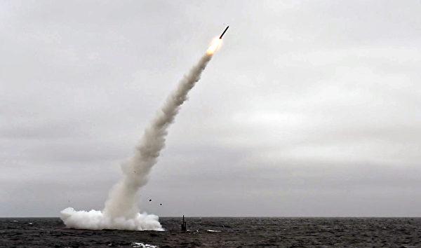 2018年6月27日,美軍一艘洛杉磯級攻擊潛艇在太平洋試射一枚戰斧巡航導彈。(Mass Communication Specialist 1st Class Ronald/美國海軍)