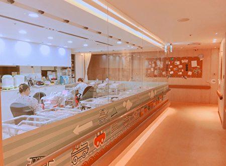 御儿轩产后护理之家全透明婴儿室。