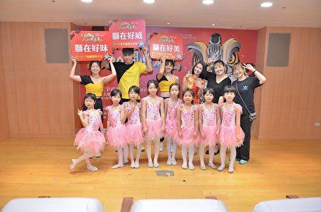 幼儿园的小朋友与泰山区的老师们合影.JPG