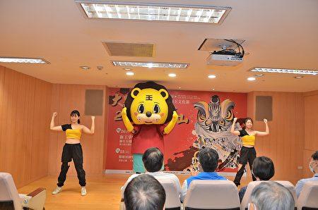 """舞狮姿态创作""""狮威舞者与狮偶合影.JPG"""