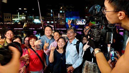 林右昌与热情游客合照。