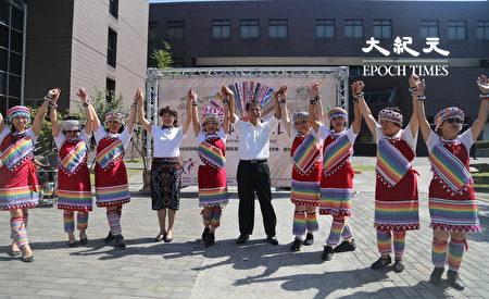 葫芦墩文化中心主任林长源与林俞妙会长参与赛德克族舞蹈。
