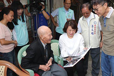 市長黃敏惠與李水木人瑞一起看照片。