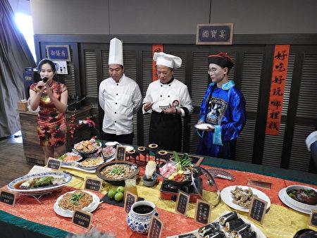"""嘉义县长翁章梁(右2)22日在故宫南院嘉会厅的宣传记者会中,抢先品尝""""嘉义国宝宴""""12道菜肴,直呼每道料理都是上等之选。"""