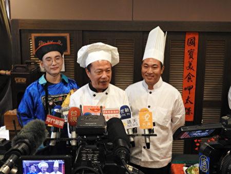 嘉义县长翁章梁(中)和在地总铺师蔡禾建主厨(右),接受媒体联访。