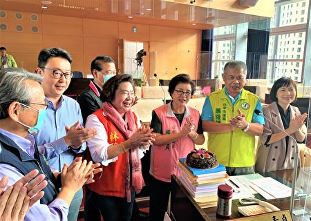 议员邱素贞(右)66岁生日适逢议会业务质询,官员们走下台一起唱歌祝福。