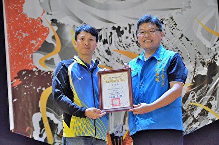 南亚塑胶公司赞助狮王文化节,区长林庆丰颁发感谢状