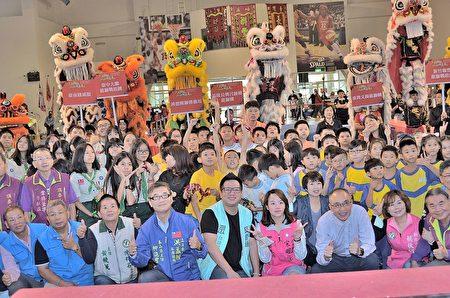 副市长谢政达〈右3〉与市议员宋明宗的女儿蔡佩辰〈右4〉及贵宾、狮队合影合影