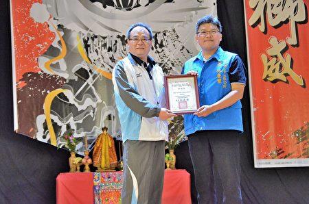 区长林庆丰颁发感谢状予南亚塑胶公司,感谢南亚赞助狮王文化节