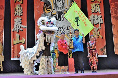 基隆长兴吕师父受颁奖后与区长林庆丰合影