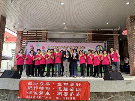 竹榮失智據點守護高齡,新鳳村民 (穿紅色衣服的團隊) 回饋演出並與北榮新竹分院院長彭家勛合影。