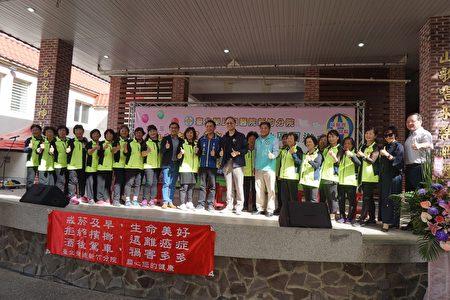 石潭社區(穿綠色背心的團隊)共襄盛舉,表演團體健康操,並與北榮新竹分院院長彭家勛合影。