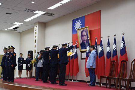 三位新任警察局分局長宣誓就職。