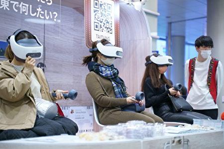 日本民眾透過實境 VR,體驗臺東之美。