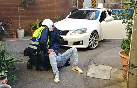 袁嫌不敵優勢警力當場要到壓制逮捕,這才結束這場驚險街頭警匪追逐戰。